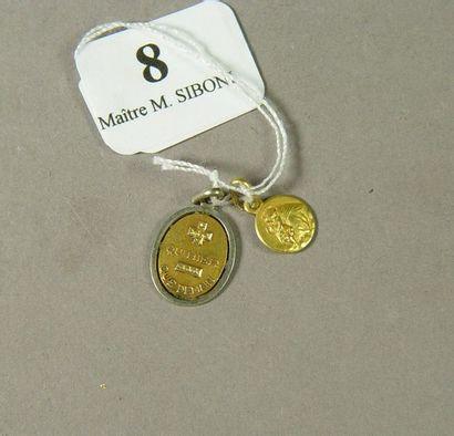 8- Lot de deux médailles en or : ''+ qu'hier...