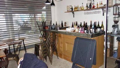 N°5     1 Bar en bois et zinc   1 lave vaisselle   1 lot de verrerie, vaisselle,...