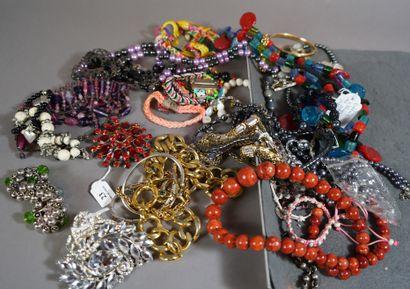 23- Important lot de bijoux fantaisie : colliers,...