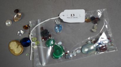 13- Lot de pierres fantaisie et nacre