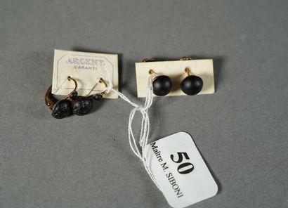50- Deux paires de boucles d'oreilles ''clous''...