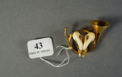 43- Broche ''cor de chasse'' en métal doré...