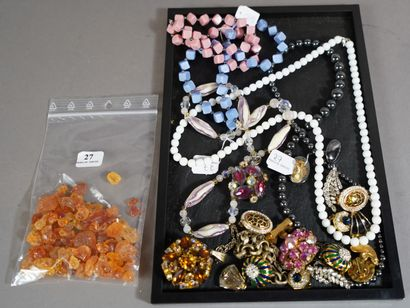 27- Lot de bijoux fantaisie : broches, colliers,...
