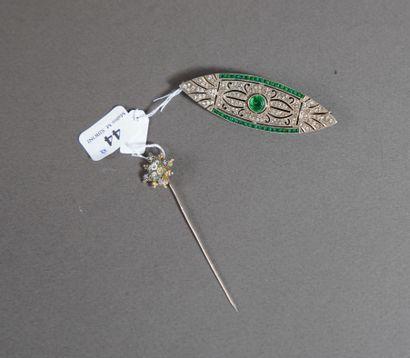 44- Broche Art Nouveau en argent pavée de...