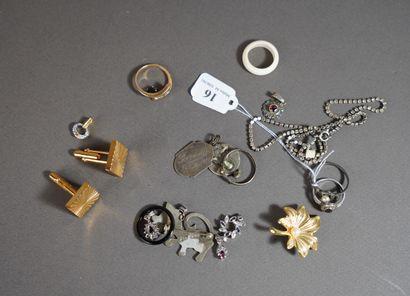 16- Lot de bijoux : pendentifs (argent),...