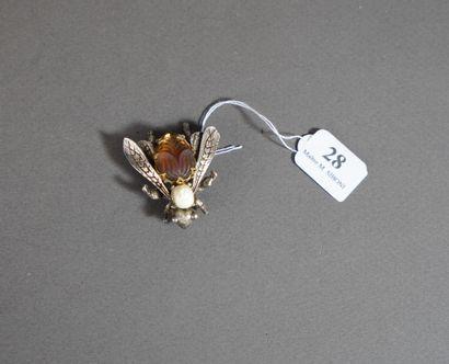 28- Broche en métal argenté ornée d'un insecte...
