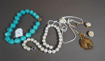 43- Lot de bijoux fantaisie : Collier de...