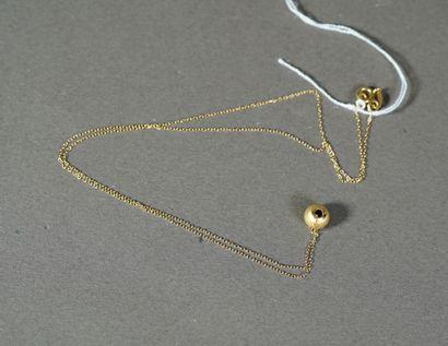25- Chaîne en or avec son pendentif boule...