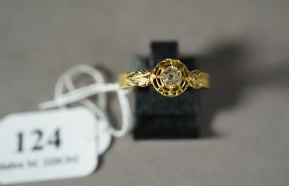 124- Bague en or jaune sertie d'un diamant...