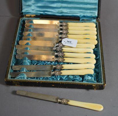 364- Ecrin contenant 12 couteaux à fruit,...