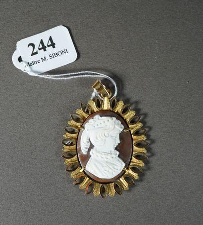 244- Médaillon en or serti d'un camée  Pds...