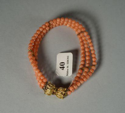 40- Bracelet trois rangs de perles de corail...