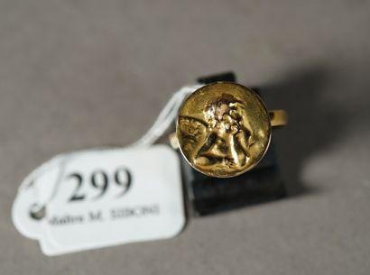 299- Bague en or jaune à décor d'un Amour...