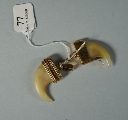 77- Deux pendentifs ''Dent de tigre''  Montures...