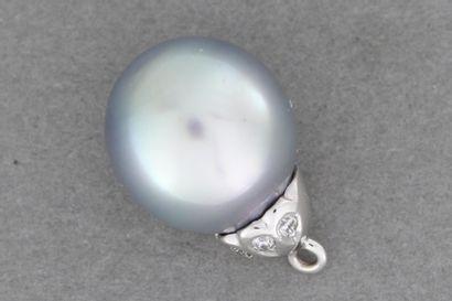 61- Pendentif en or orné d'une perle grise...