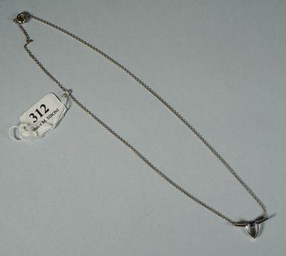312- Collier en or gris orné d'un saphir...