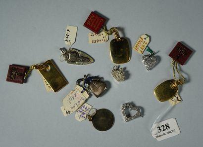 328- Lot de pendentifs et breloques en argent...
