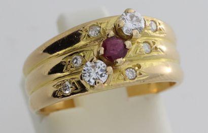 234- Bague en or ornée d'un rubis et de...