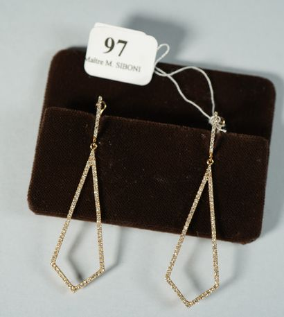 97- Pendants d'oreilles en or rose et diamants...