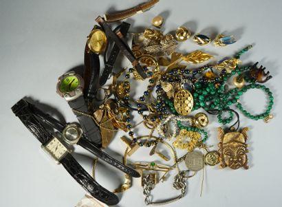 1- Lot de bijoux fantaisie : bagues, broches,...
