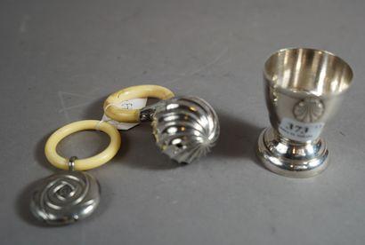 373- Coquetier en métal argenté à décor de...