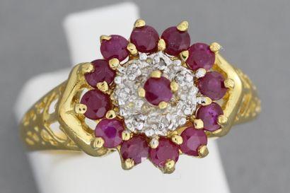 267- Bague en or ornée d'un rubis entouré...