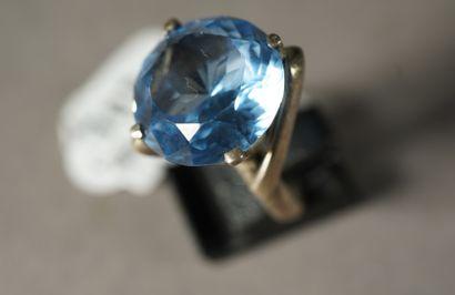 102- Bague sertie d'une pierre bleue