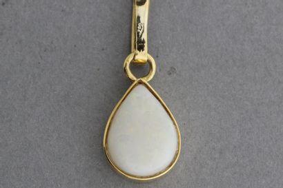 281- Pendentif en or orné d'une opale taillée...