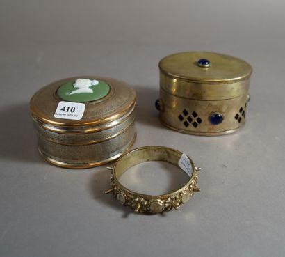 410- Deux boîtes et bracelet en métal ar...