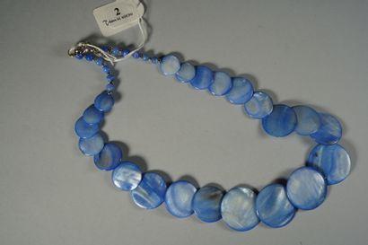 2- Collier en nacre bleue  Longueur : 51...