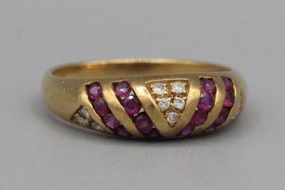 67- Bague en or ornée d'un rubis et de brillants...