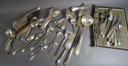 435- Ménagère en métal argenté comprenant...