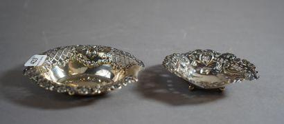 423- Deux coupelles en argent anglais à décor...