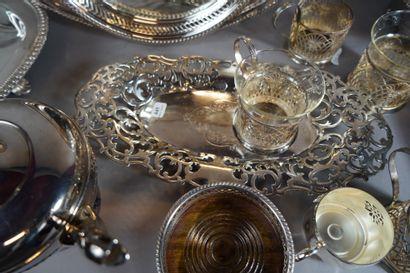 445- Important lot de métal argenté : plats,...
