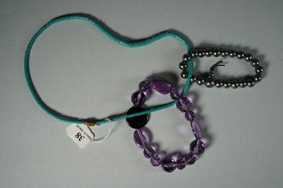 38- Lot de bijoux fantaisie :  collier imitation turquoise, bracelet de boules d'améthyste...