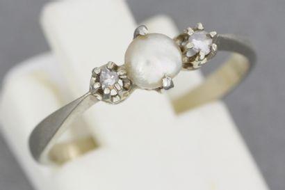 71- Bague en or ornée d'une perle épaulée...