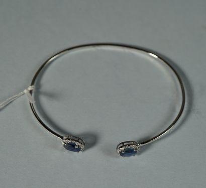 92- Bracelet en or gris orné de saphirs et...