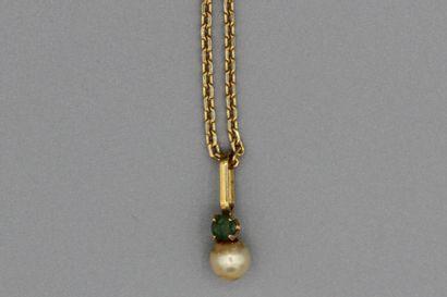 231- Chaîne en or et son pendentif serti...