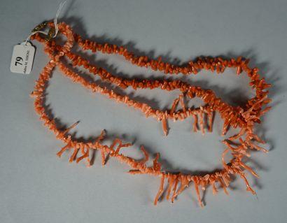 79- Deux colliers de bâtonnets de corail