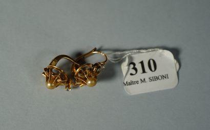 310- Paire de dormeuses en or jaune serties...