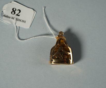 82- Pendentif en or jaune serti d'un bouddha...