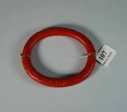 107- Bracelet jonc ouvrant en corozo rouge...