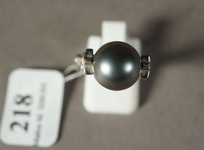 218- Bague en or gris ornée d'une perle de...