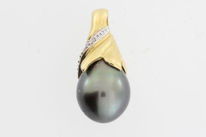 194- Pendentif en or orné d'une perle noire...