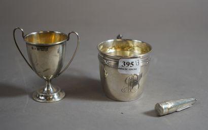 395- Coquetier en argent anglais, tasse en...