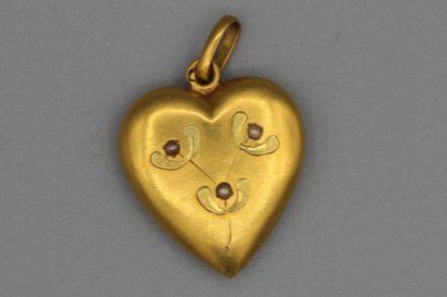 207- Pendentif ''Coeur en or orné de perles...