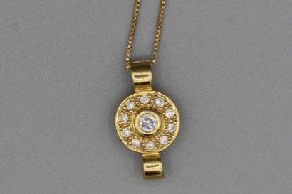 239- Chaîne en or et son pendentif serti...