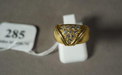 285- Bague en or jaune pavée de diamants...