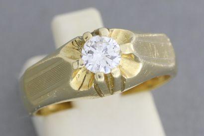 268- Bague en or ornée d'un diamant solitaire...