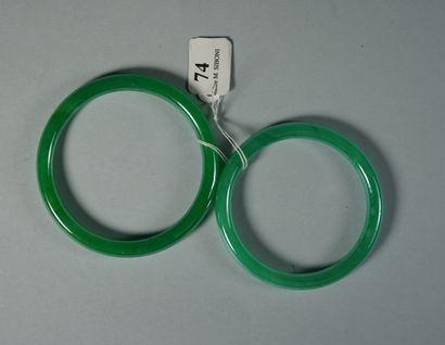 74- Deux joncs d'enfant en verre vert